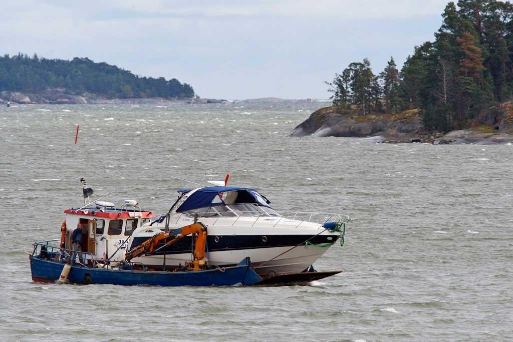 Uponneen veneen nosto ja kuljetus.