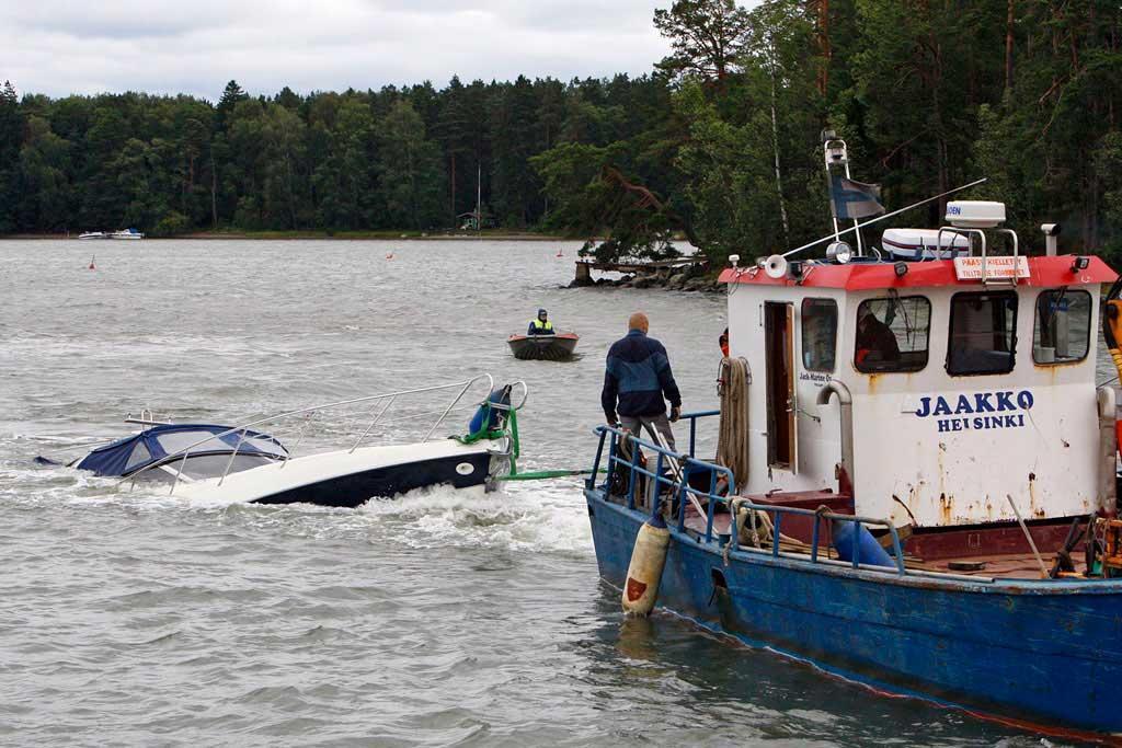 Uponneen veneen nostaminen.